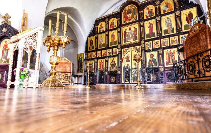 Iconostase orthodoxe à l'intérieur de l'église images stock