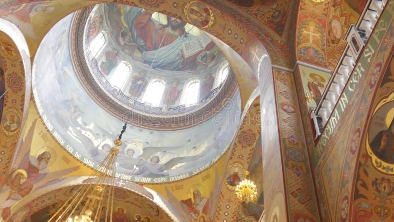 Iconostasi dorata ortodossa nella chiesa ortodossa fotografia stock