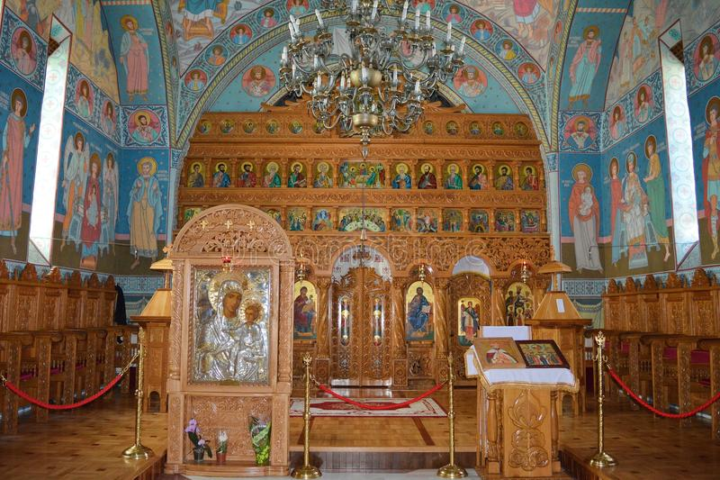 Iconostasi ed icone del monastero ortodosso fotografia stock