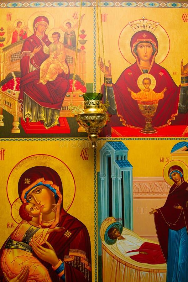 Iconostasi nella chiesa ortodossa fotografia stock libera da diritti
