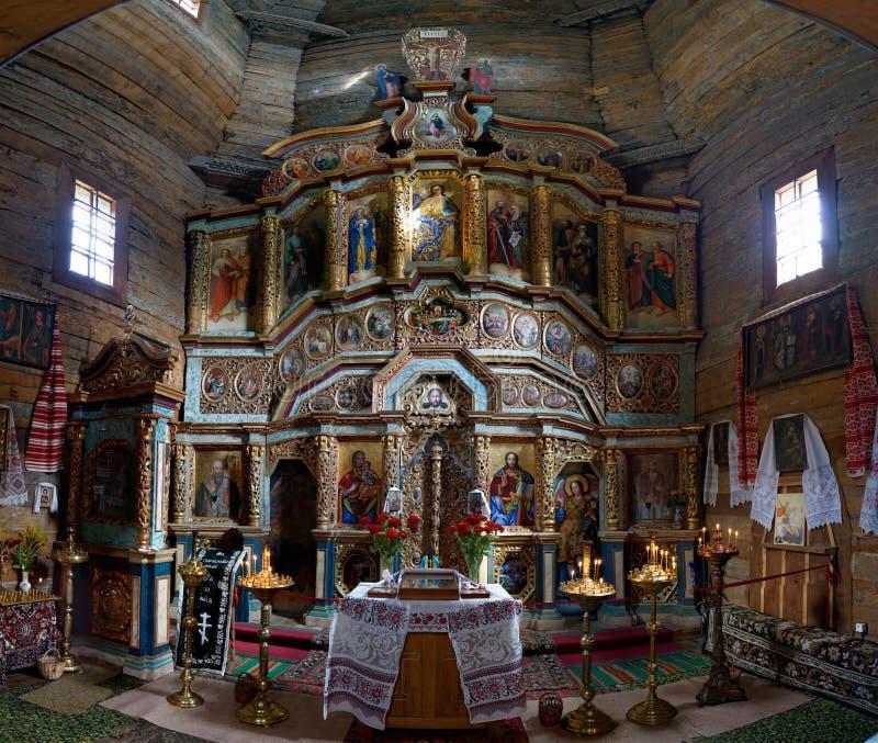 Iconostasio de la iglesia de madera vieja del mártir santo Paraskeva en Pirogovo, Kiev, Ucrania fotografía de archivo