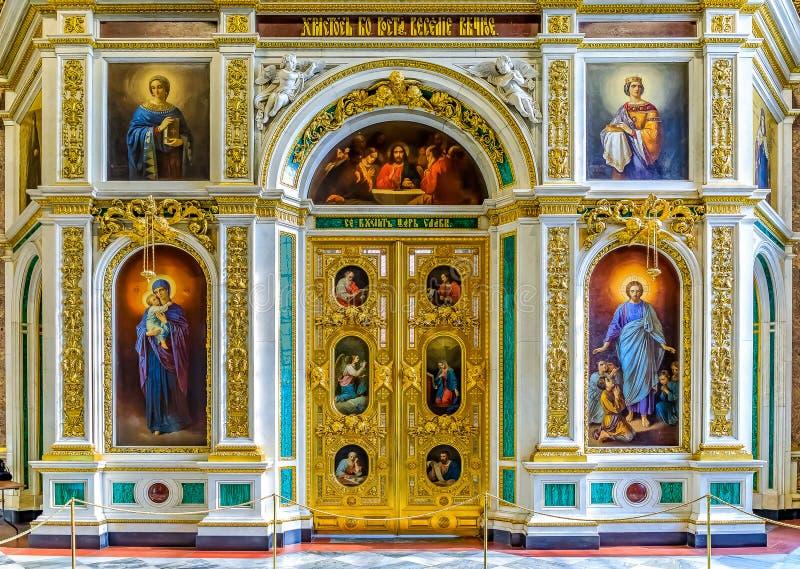 Iconostasis e portas reais ou santamente douradas ao altar na catedral ortodoxo do russo de Isaac de Saint em St Petersburg, Rús fotos de stock royalty free