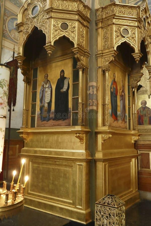 Iconostasis oddziela nave od apsydy w Shipchenski monasterze zdjęcia stock