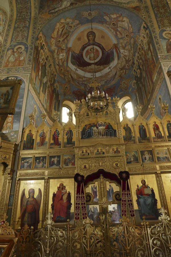 Iconostasis oddziela nave od apsydy w Shipchenski monasterze fotografia royalty free