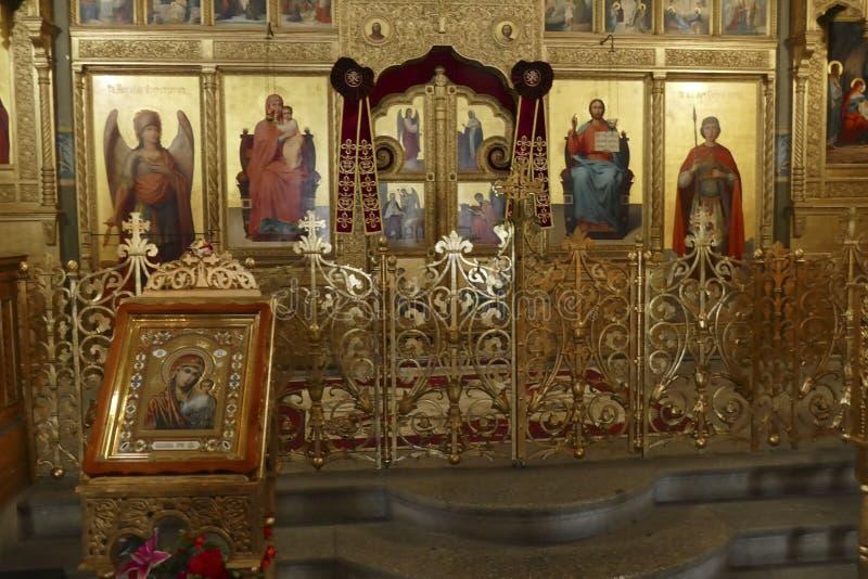 Iconostasis oddziela nave od apsydy w Shipchenski monasterze zdjęcie stock