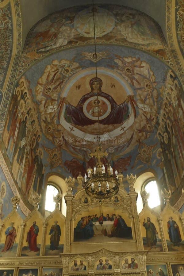 Iconostasis oddziela nave od apsydy w Shipchenski monasterze obrazy royalty free