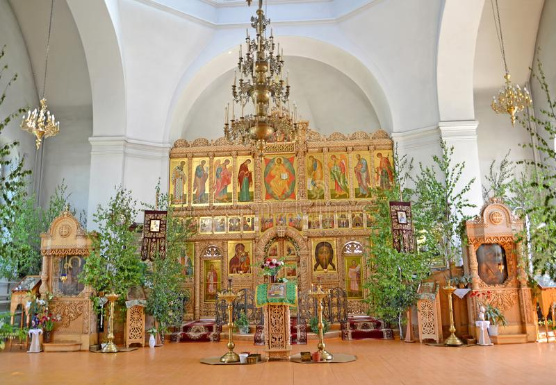 Iconostasis und Kirchenmöbel des Tempels der Iverian-Th eotokos auf der Dreiheit Sonntag Rybinsk, Yaroslavl-Region lizenzfreie stockfotos