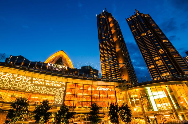 Iconsiam外视图在河边 象泰国是曼谷新的购物中心和地标在微明 库存照片