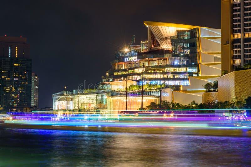 ICONSIAM winkelcentrum met onduidelijk beeldverlichting van Boot wordt overgegaan die stock fotografie