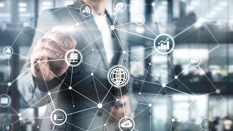 ICT - τεχνολογία πληροφοριών και τηλεπικοινωνιών και IOT - Διαδίκτυο των εννοιών πραγμάτων Διαγράμματα με τα εικονίδια στον κεντρ διανυσματική απεικόνιση