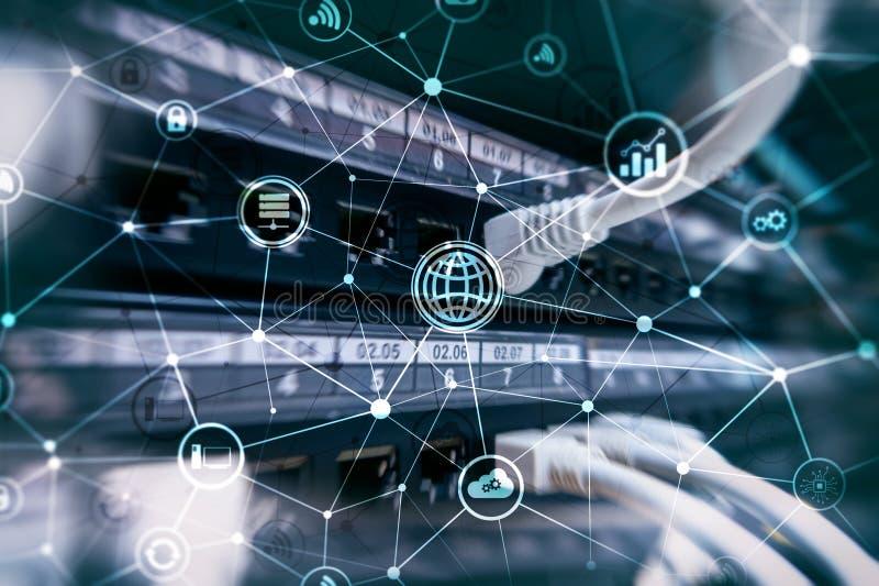 ICT - ewidencyjna i telekomunikacyjna technologia i IOT - internet rzeczy pojęcia Diagramy z ikonami na serweru pokoju plecy obraz royalty free
