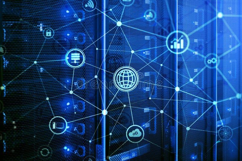ICT - informatie- en telecommunicatietechnologie en IOT - Internet van dingenconcepten Diagrammen met pictogrammen op serverruimt stock illustratie