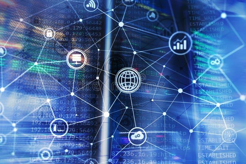ICT - informatie- en telecommunicatietechnologie en IOT - Internet van dingenconcepten Diagrammen met pictogrammen op serverruimt stock afbeeldingen