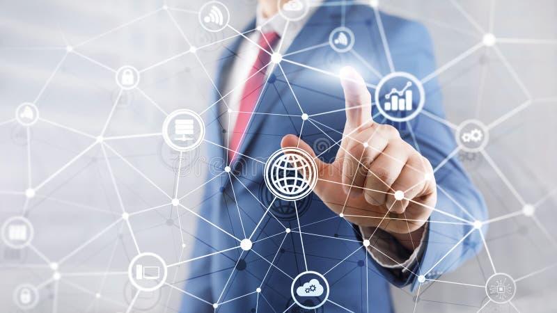 ICT - informatie- en telecommunicatietechnologie en IOT - Internet van dingenconcepten Diagrammen met pictogrammen op serverruimt stock fotografie
