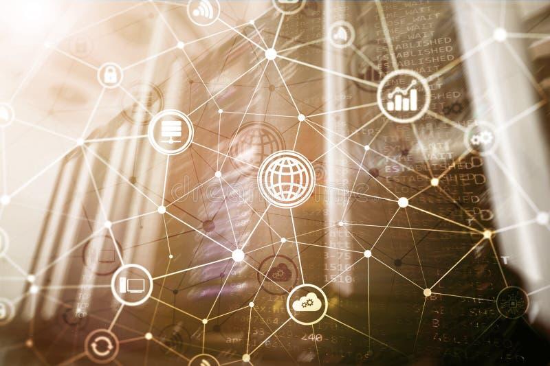 ICT - informations- och telekommunikationteknologi och IOT - internet av sakerbegrepp Diagram med symboler på serverrum royaltyfri fotografi