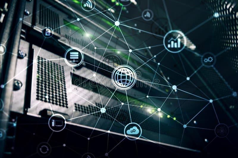 Ict - tecnologia di telecomunicazione e di informazioni e IOT - Internet dei concetti di cose Diagrammi con le icone sulla parte  fotografia stock