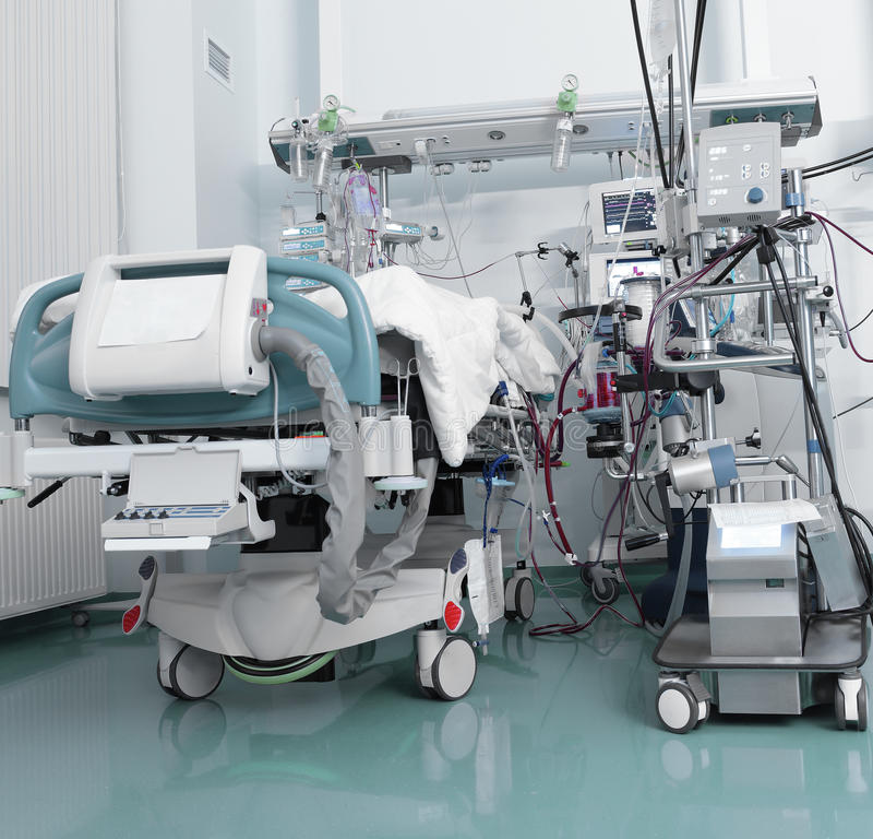 ICU с серьезным пациентом стоковое изображение