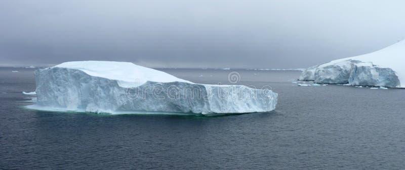 Icy liggande i Antarktis royaltyfri bild