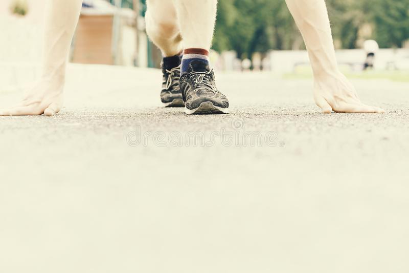 Idé av den sportive livsstilen och rinnande instruktörer av löparen som startar hans maraton på den plana trampkvarnen fotografering för bildbyråer