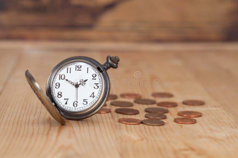 Idé, klocka och mynt för affärspengarbegrepp arkivbilder