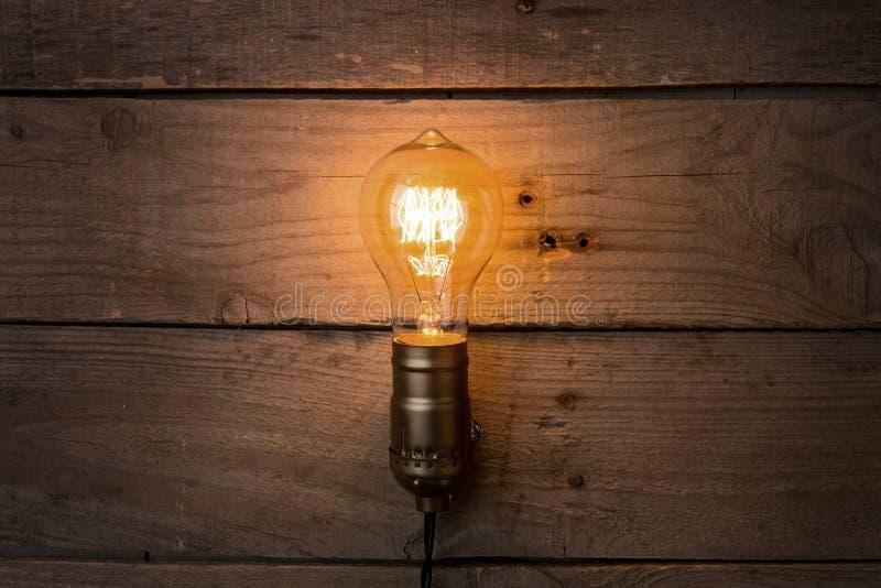 Idé- och ledarskapaffärsidé, glödande ljus kula för tappning på träbakgrunden royaltyfri foto