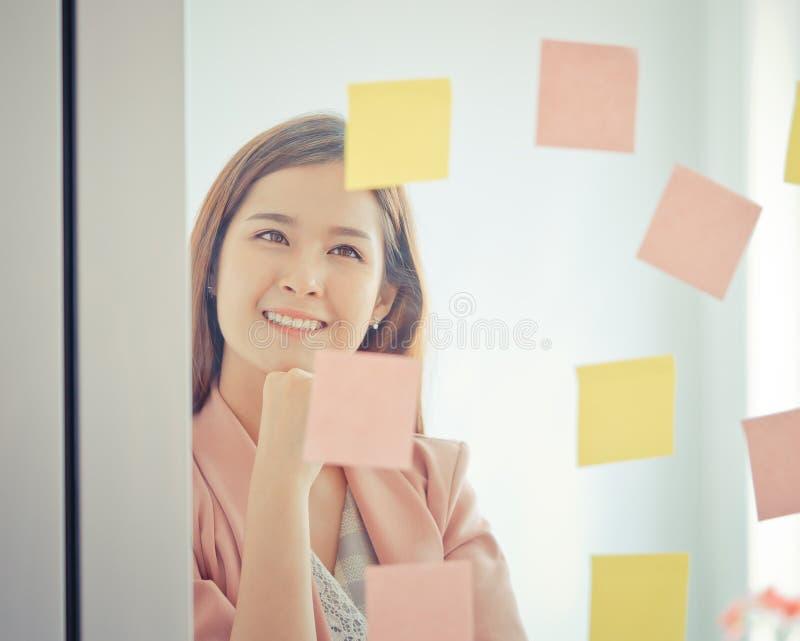 Idéal et but créatifs occasionnels d'écriture de femme d'affaires dessus à t photographie stock