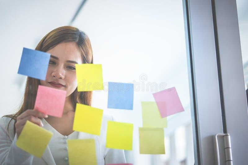 Idéal et but créatifs occasionnels d'écriture de femme d'affaires dessus aux fenêtres photo stock