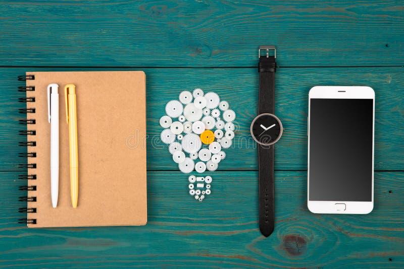 idébegrepp - kulatecken, notepad, klocka och telefon på skrivbordet royaltyfri fotografi