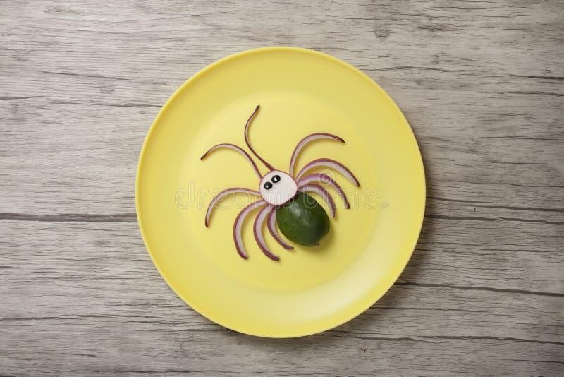 Idée créative de faire une araignée de concombre et d'oignon photos libres de droits