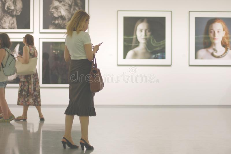 Idée de dépendance de téléphone portable La femme dans la galerie de photos n'écoute pas mais à l'aide de son smartphone photos stock