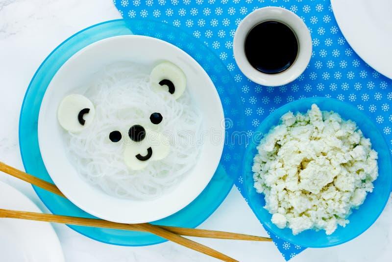 Idée de nourriture d'amusement pour des enfants - nouille de riz d'ours blanc pour le lunc sain photo libre de droits