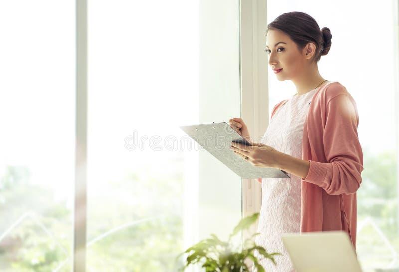 Idée de pensée de document de fichier de recopie de femme d'affaires pour le travail photographie stock