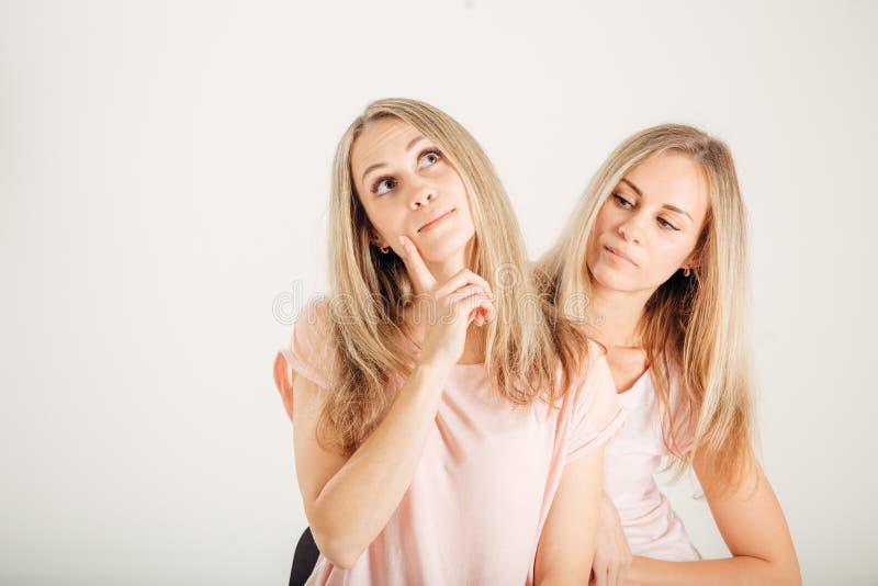 Idée de pensée de jeune femme Jumeaux de meilleurs amis de soeurs Modèle frais drôle photos stock