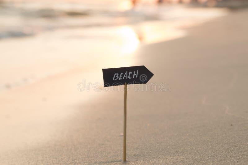 Download Idée De Vacances, De Voyage Ou De Vacances - échouez Le Signe Et Le Coucher Du Soleil Image stock - Image du concept, ciel: 77159035