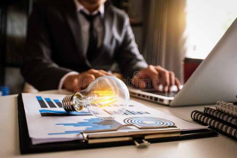 idée enregistrant l'énergie et le concept de comptabilité de finances photographie stock libre de droits
