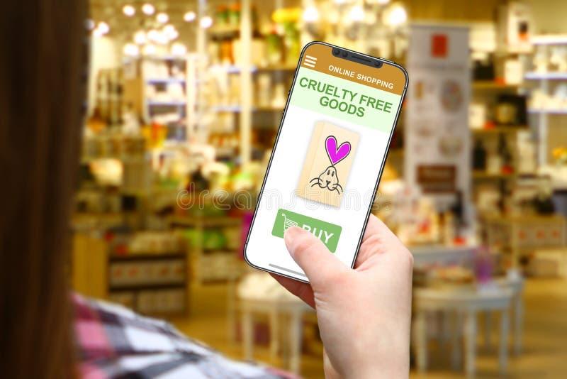 Idée gratuite de cruauté, fille avec le téléphone frameless sur le fond brouillé de boutique photographie stock libre de droits