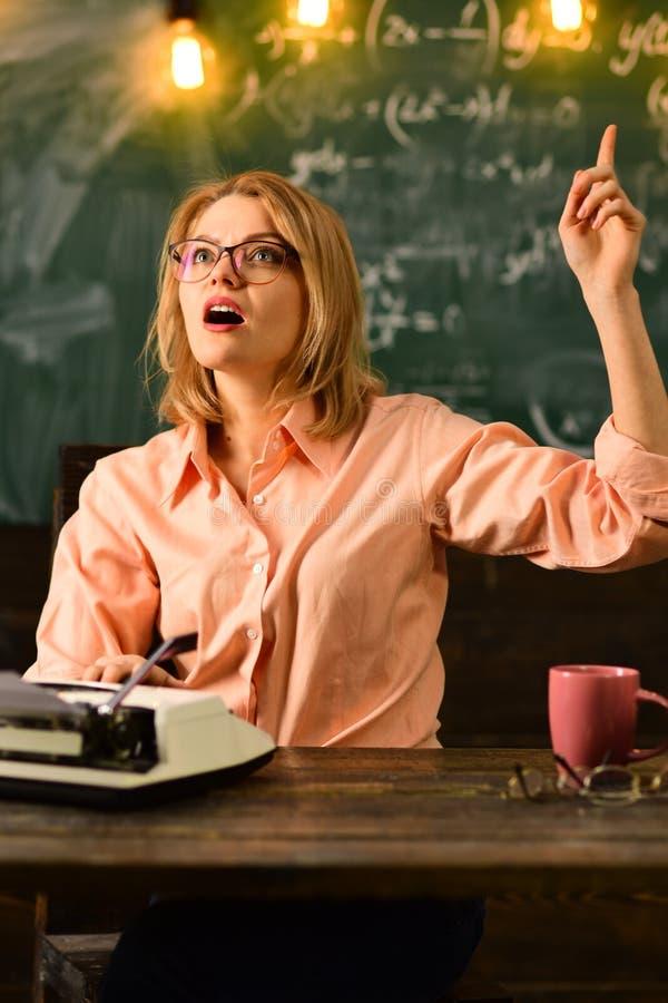 Idée Le professeur de femme a et idée La bonne idée vient au travail photo libre de droits