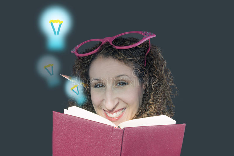 Idéer och utbildningsbegrepp, ung kvinna med besynnerliga exponeringsglas, a royaltyfria foton