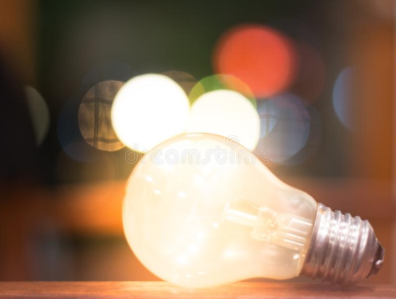 Idées créatives concept, ampoule avec le bokeh pour de nouvelles idées, conception d'objet pour la pensée photos stock
