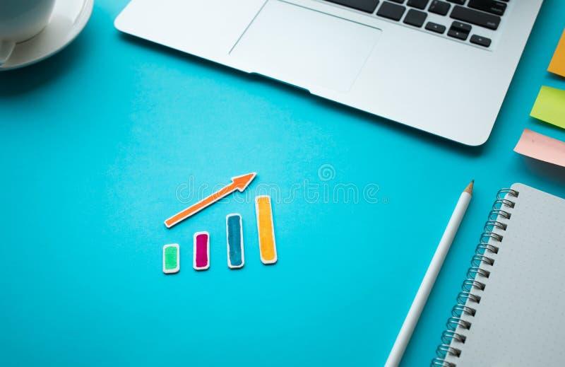 Idées de concepts de croissance d'affaires avec le graphique croissant sur la table bleue photographie stock