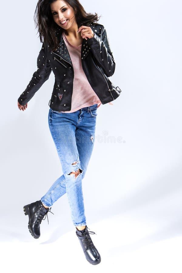 Idées de mode de vie de la jeunesse Portrait de Caucasien énergique heureux Bru photo stock