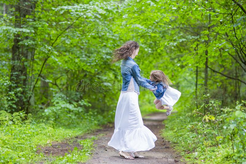 Idées et concepts de famille Mère et sa petite fille de sourire photos stock