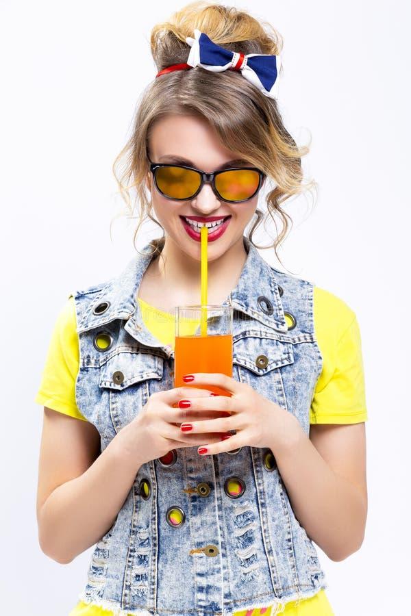 Idées et concepts heureux de la vie Blond caucasien optimiste et heureux photographie stock