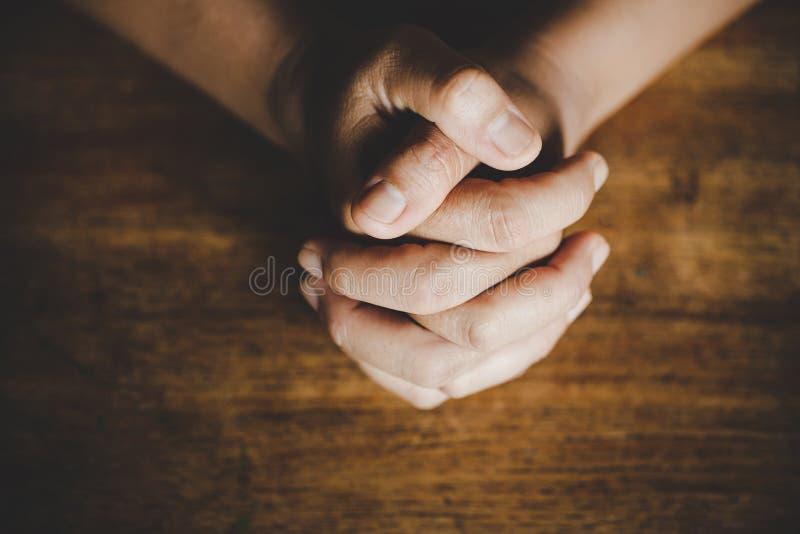 Idées religieuses, priant à Dieu image stock