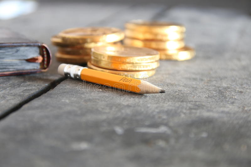 Idéia do negócio Lápis com texto e as moedas douradas imagens de stock