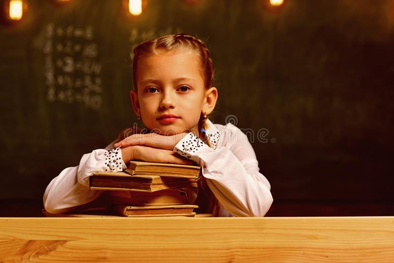 idékläckning Hjärna och exponeringar liten flickaidékläckning på skolakursen idékläckningvetenskap för framtid royaltyfri bild