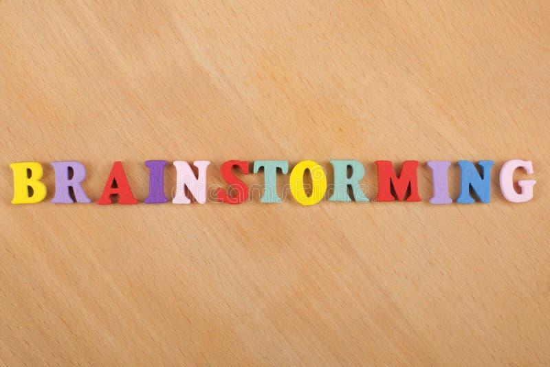 IDÉKLÄCKNINGord på träbakgrund som komponeras från träbokstäver för färgrikt abc-alfabetkvarter, kopieringsutrymme för annonstext royaltyfri foto