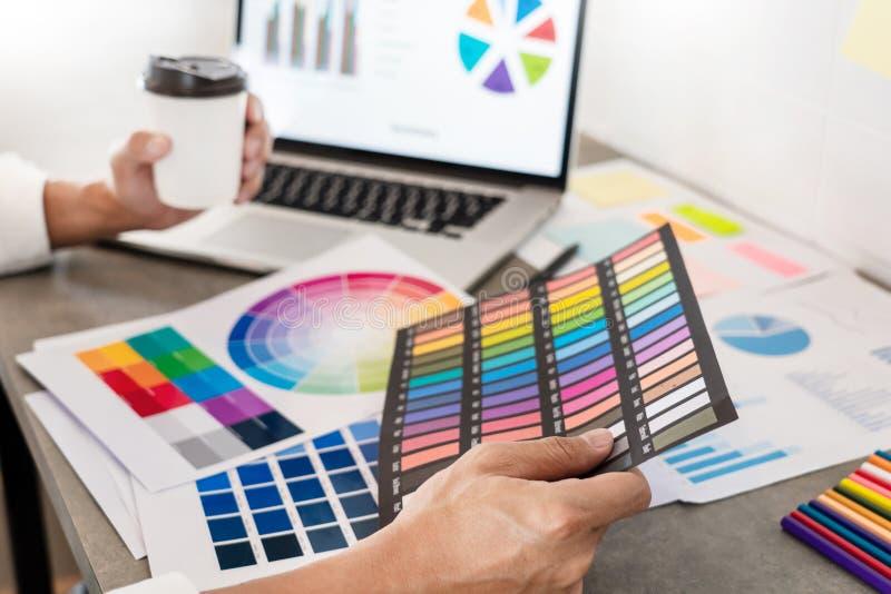 Idérik affärsmanGraphic formgivare att göra hans arbete på att konsultera för skrivbord och affärsplanläggningen royaltyfria bilder