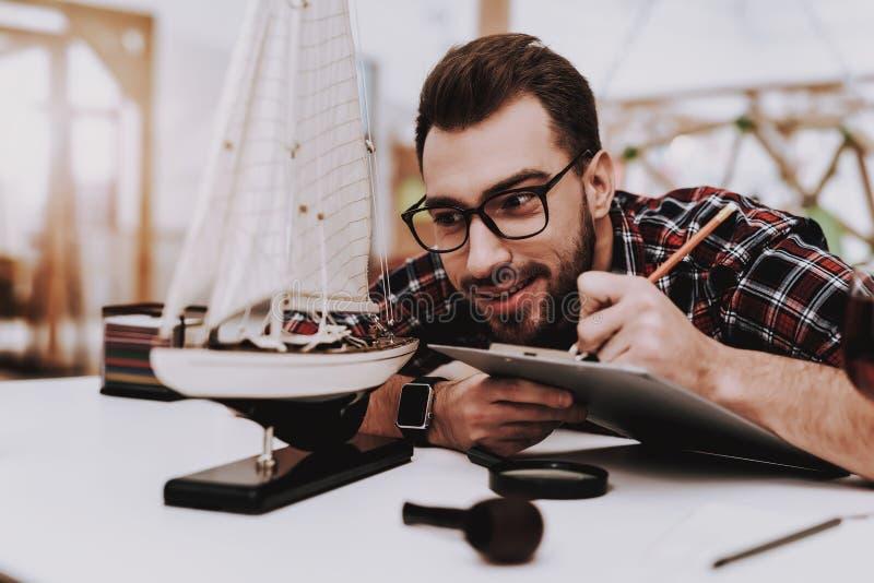 Idérik arbetare model ship isolerad förstorande vektorwhite för bakgrund glass illustration arkivbilder