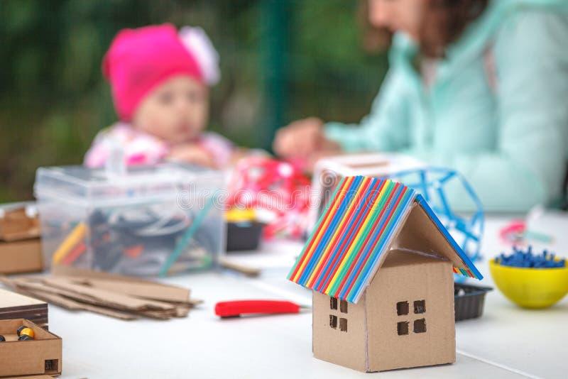 Idérik barnlek med hantverket Gullig förskole- barnprepa royaltyfria foton
